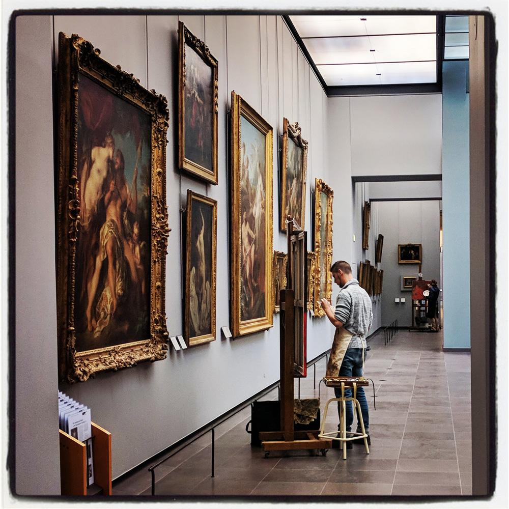 Un copiste dans une salle du Louvre