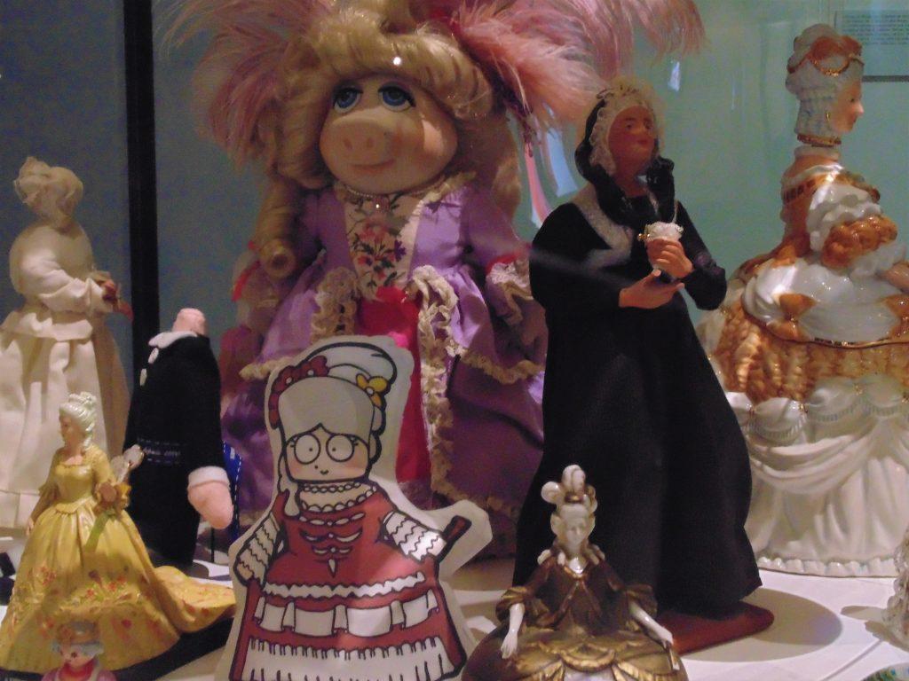 Un lieu emblématique La Conciergerie reste dans l'inconscient collectif étroitement lié à la Révolution française. C'était un lieu d'incarcération où Marie-Antoinette passa les dix dernières semaines de son existence dans l'attente de son procès, jusqu'au 16 octobre 1793. Très vite, il acquiert le statut de lieu de mémoire. Aménagé successivement, il avait pour but de commémorer ou d'expliquer le séjour de Marie-Antoinette. Dès la mort de la Reine, la Conciergerie s'inscrit dans ce mouvement de politique d'hommage, de culte et de volonté de réparation. C'est particulièrement la cas sous la Restauration de la monarchie par Louis XVIII, frère de Louis XVI.Les visiteurs ont d'ailleurs la possibilité, après la visite de l'exposition, de se rendre à la chapelle expiatoire de la Conciergerie, sur l'emplacement de l'ancienne cellule de Marie-Antoinette, ouverte au public depuis peu.