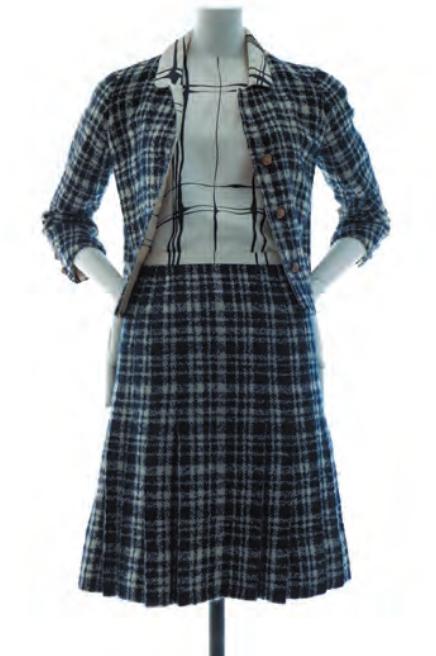 Tailleur veste, blouse et jupe. Printemps-été 1964. Tweed à carreaux marine et blanc, twill de soie blanc imprimé marine. Paris, Palais Galliera. © Julien T. Hamo