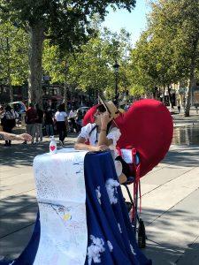 """Cocovan assise sur son trône en forme de coeur face à """"The World Letter"""" - Dimanche 13 sept, Place de la République"""