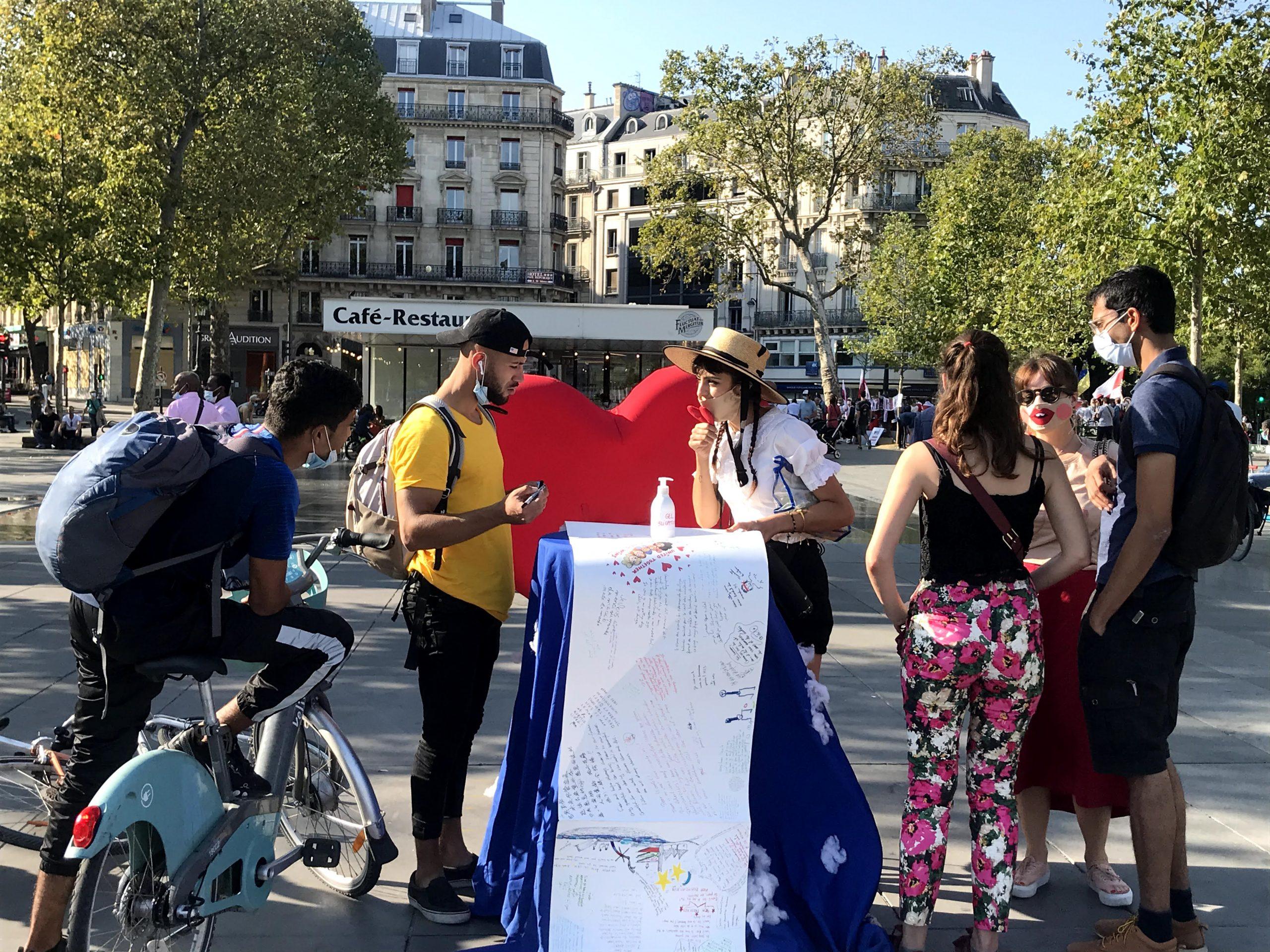 """Cocovan en train d'expliquer """"The World Letter"""" - Dimanche 13 sept, Place de la République."""