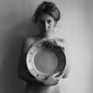 Femme avec un grand plat (Francesca Woodman), Stephan Brigidi, 1978, photographie