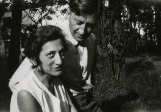Josef et Anni Albers dans le jardin de la maison des maîtres au Bauhaus, Dessau, vers 1925, Photographe anonyme, The Josef and Anni Albers Foundation.